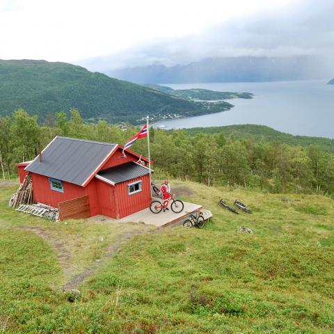 Skihytta - red cabin with a view of the fjord and mountains